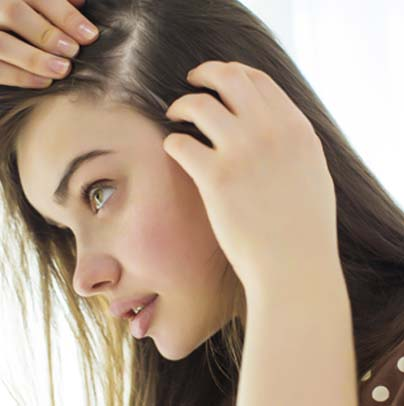 girl with trichotillomania pulling out her hair
